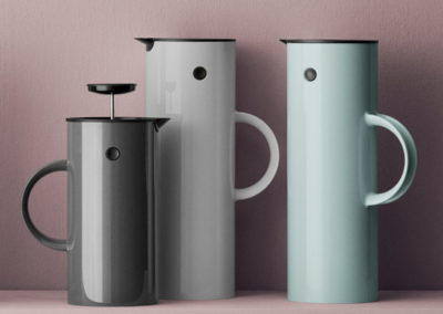 Stelton-Isolierkanne-EM-77-1-l-seafoam-hellgrau-EM-French-Press-Situation